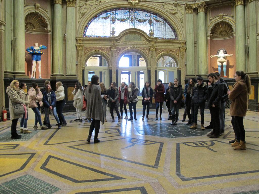 Posjeta učenika 16. gimnazije izložbi Likovni vremeplov kroz 120 godina Umjetničkog paviljona